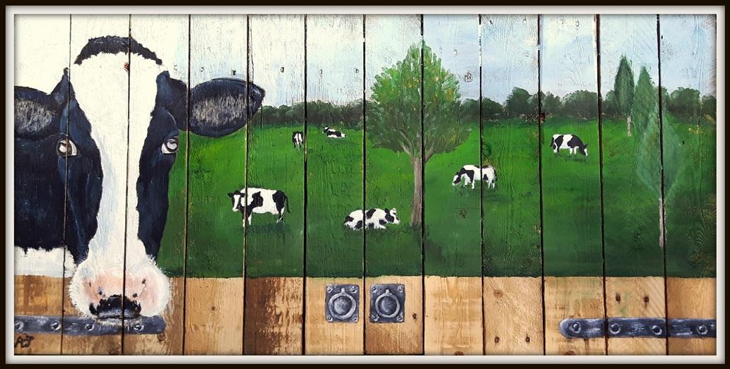 'waar kijk je naar?' , een favoriete koe in een fantasielandschap